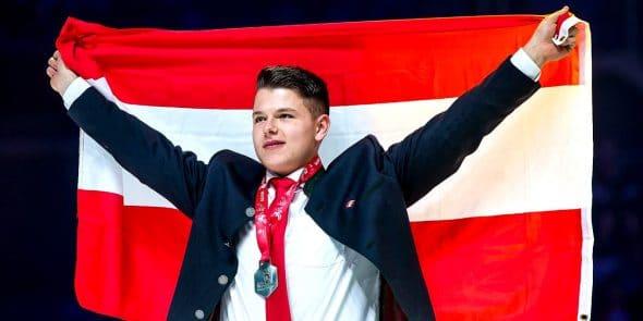 Marc-Berndorfer-Puchleitner-Bau-Vizeweltmeister-WorldSkills-Flagge